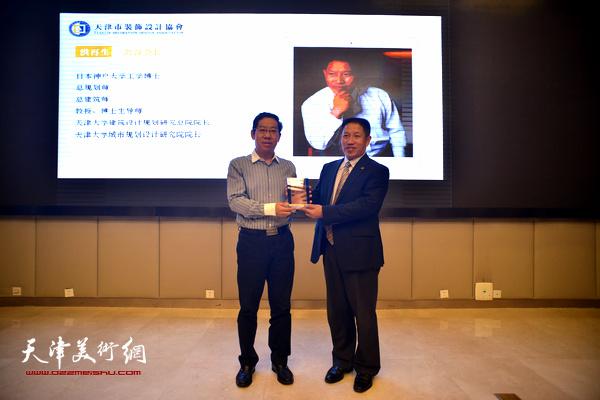 刘道刚书记为协会名誉会长洪再生院长授牌