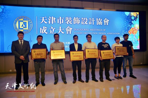 会长佟志迎为天津海荣蓝德景观设计有限公司等会员单位授牌