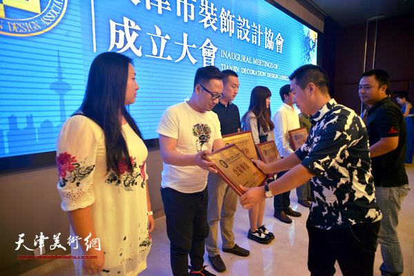 何桂楼副会长、詹巍副会长为会员单位授牌