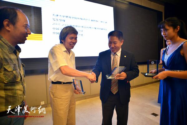 洪再生为专家委员会副主任委员孙敬忠、魏长增授牌。