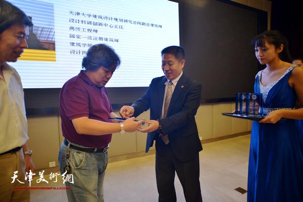 洪再生为专家委员会副主任委员宋魁友教授授牌。