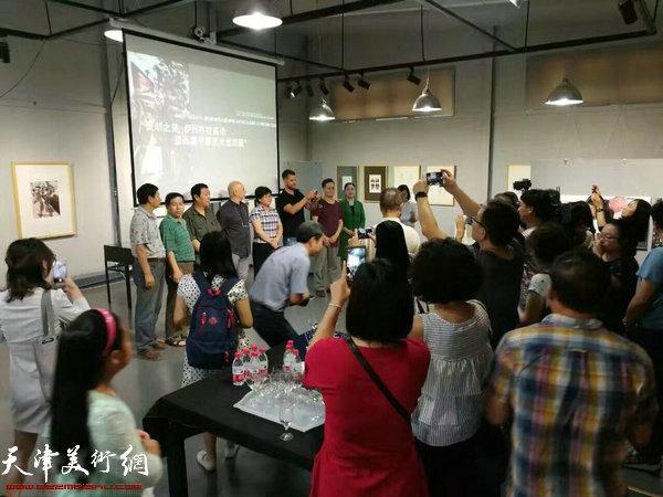 """""""灵动之美—伊日·布拉兹达版画藏书票艺术巡回展""""在汉沽国际版画藏书票收藏馆开幕。"""