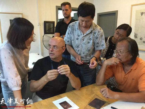 伊日·布拉兹达在现场演示版画制作过程,让观众近距离了解版画。