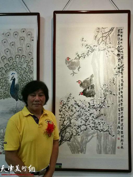 画家高学年在画展现场。