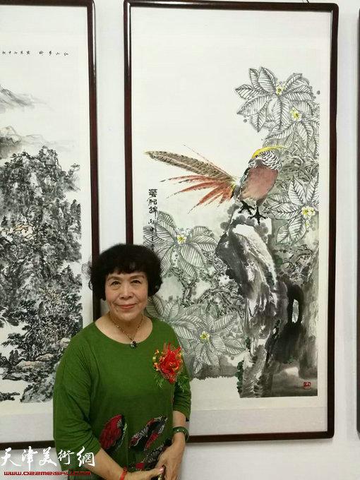 画家史玉在画展现场。