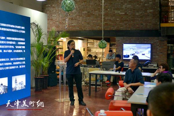 天津美术学院教授、著名雕塑艺术家景育民发做主旨发言。