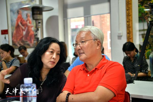 """康军、张蓓荔在""""艺术·设计唤醒城市""""圆桌论坛引上。"""