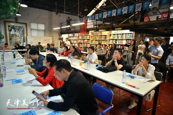 """康军、张蓓荔在""""艺术·设计唤醒城市""""圆桌论坛现场"""