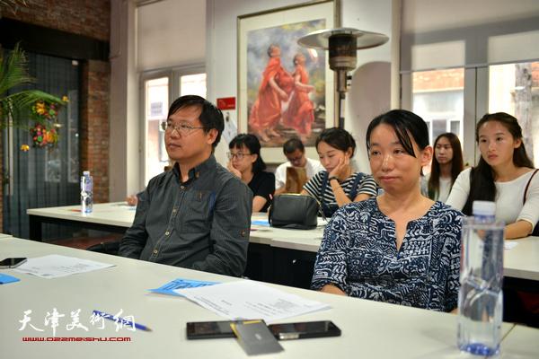 """刘镪、庄雪阳在""""艺术·设计唤醒城市""""圆桌论坛现场。"""
