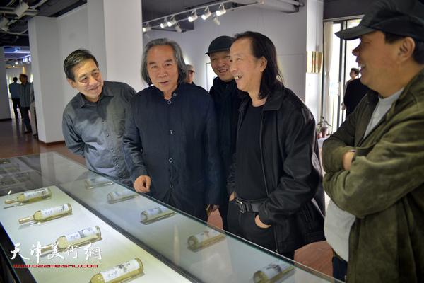 霍春阳、李炳训、周世麟、赵德昌、薛明在观赏展出的作品。
