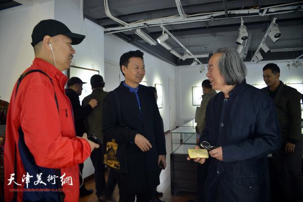 霍春阳、王慧智、李旺在展览现场交流。