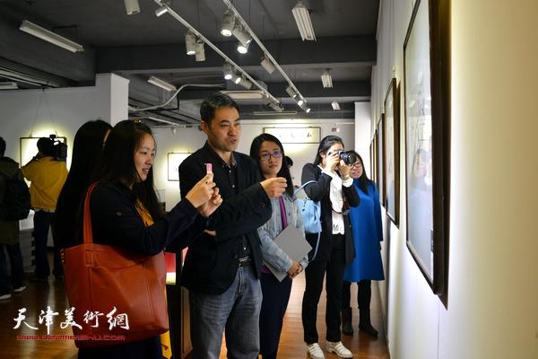 高山和他的学生们在赏析展出的作品。