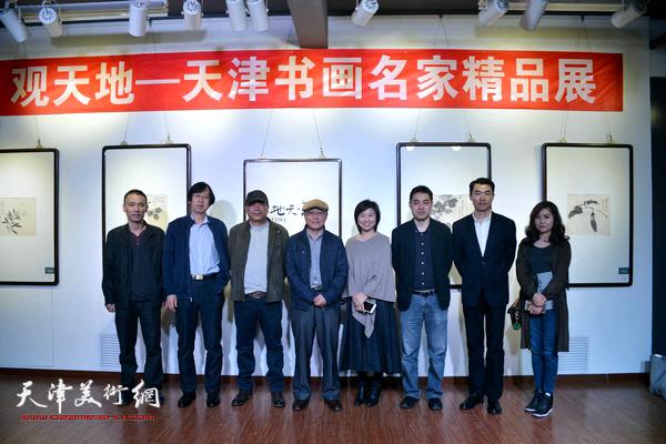 左起:段为民、路洪明、赵德昌、何东、龚丽君、高山、周维治、王霞在展览现场。