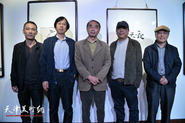 左起:段为民、路洪明、喻建十、赵德昌、何东在展览现场。