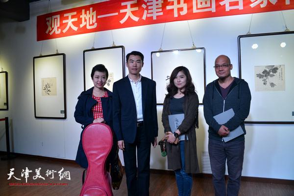 左起:朱蕾、周维治、王霞、王凤立在展览现场。