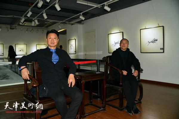薛明、李旺在展览现场。