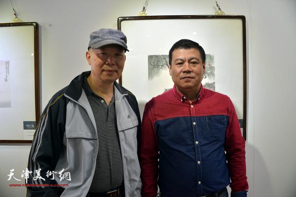 邬海青、王念在展览现场。
