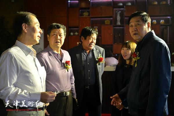 张金方、王学书、马竞、郭鸿春、陈子君在展览现场。
