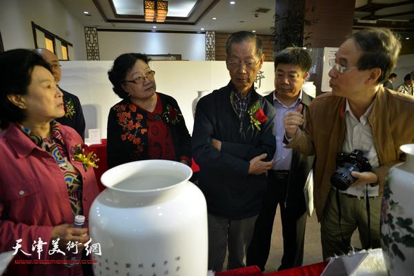 曹秀荣、刘建华、马竞、刘正、张养峰在展览现场。