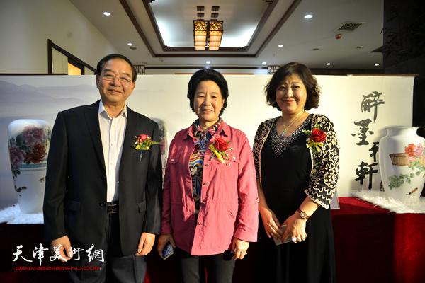 曹秀荣、张长勇、闫怡在展览现场。