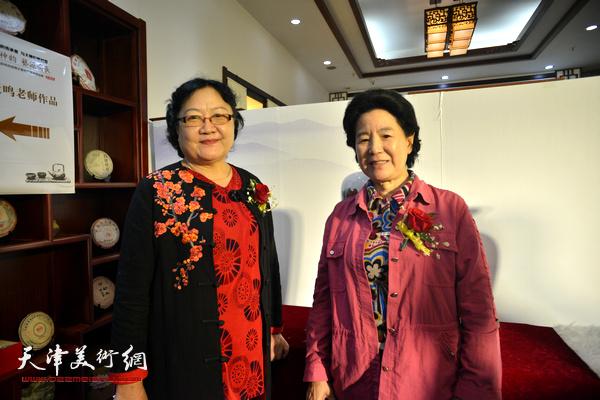 曹秀荣、刘正在展览现场。