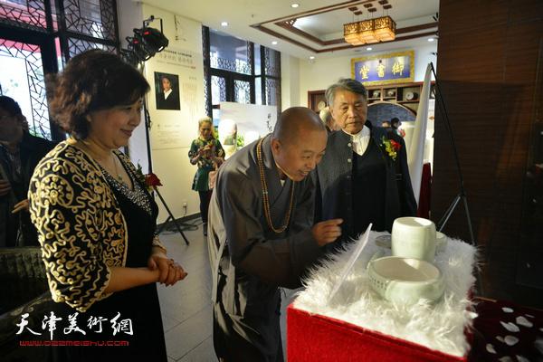 智如、李梓源在展览现场。
