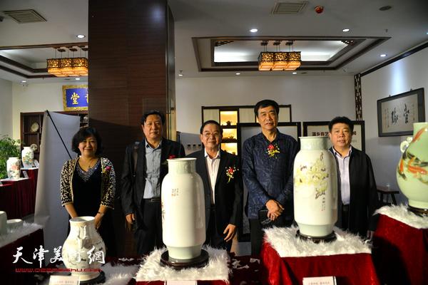 姜维群、张长勇、王连宏、闫怡、张养峰在展览现场。