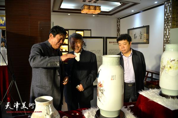 李梓源、郭鸿春、张养峰在展览现场。