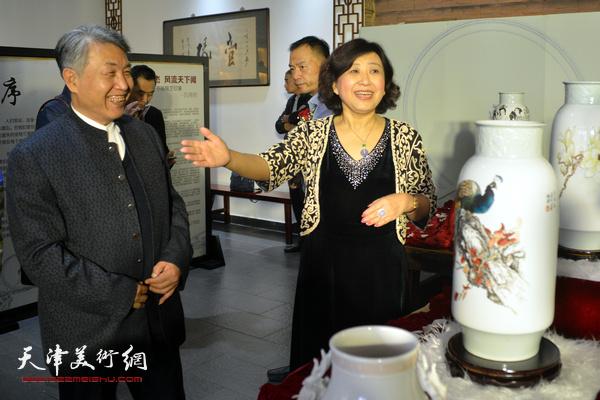 李梓源、闫怡在展览现场。