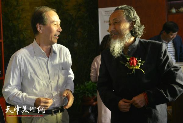 刘栋、马竞在展览现场。