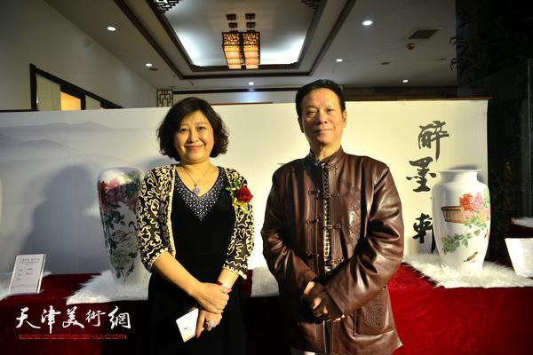 张建华、闫怡在展览现场。