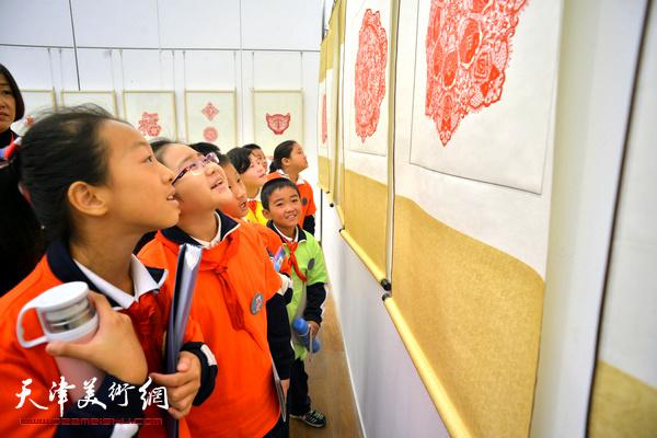 """行孝道,善家风 天津""""西岸""""剪纸艺术展"""