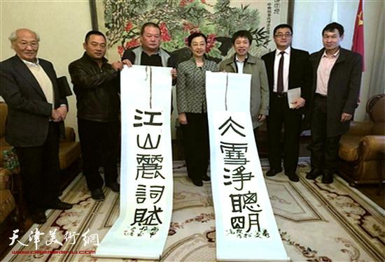 中国驻圣彼得堡总领事馆 郭敏 总领事接受马孟杰赠送作品