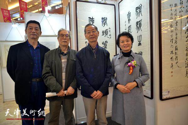 刘建华、冼艳萍、黄枕石、于德明在画展现场。