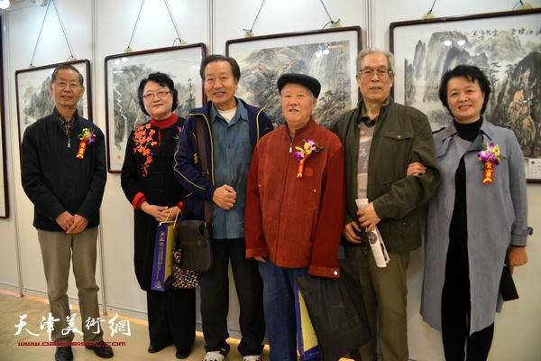 左起:刘建华、刘正、刘家诚、董方印、黄枕石、冼艳萍在画展现场。