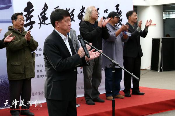 中共滨海新区区委宣传部副部长王东红讲话并宣布画展开幕