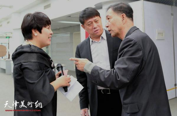 中共滨海新区宣传部副部长王东红与画展策划诺梵文化公司经理甄永清女士和李建平老师在一起