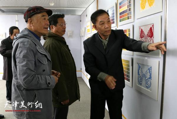 国画家康永明老师与版画家赵海鹏老师与李建平一起观看画展