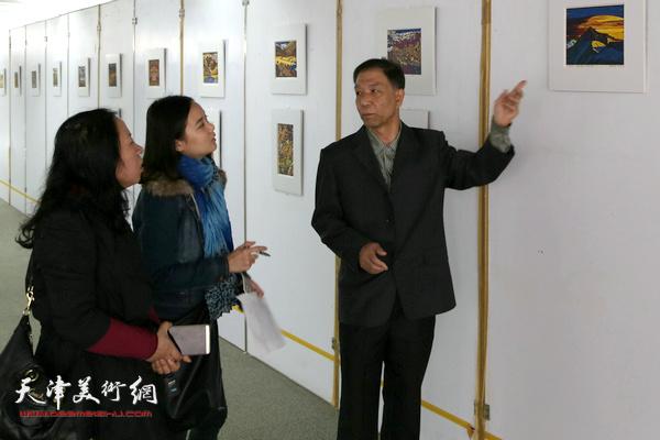 李建平与来宾观看作品。