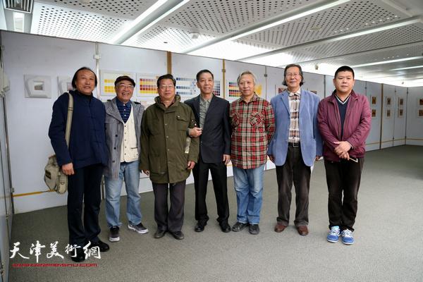 相聚在李建平画展上的滨海新区艺术家左起:王曦瞬、康永明、赵海鹏、李建平、曾抒嘉、张恩祥、周连起。
