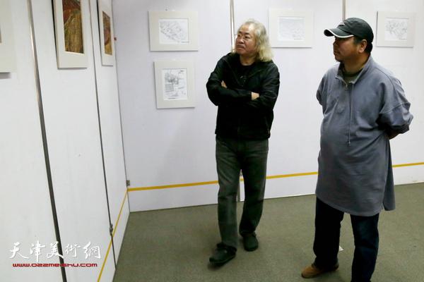 天津美术学院教授王少春与滨海新区画院副院长版画家侯金利观看李建平画展