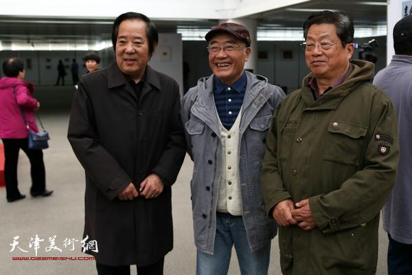 国画家张金荣、康永明、版画家赵海鹏老师在李建平画展上。