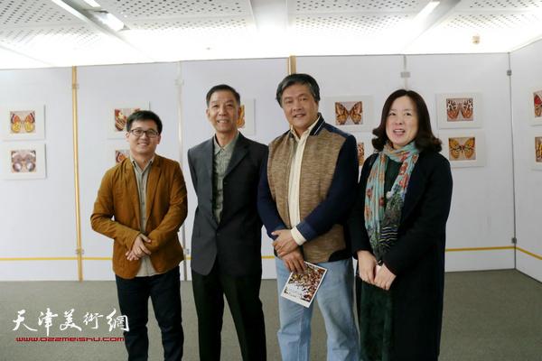 宋义、吴晓晨、于红梅老师在画展上与李建平老师