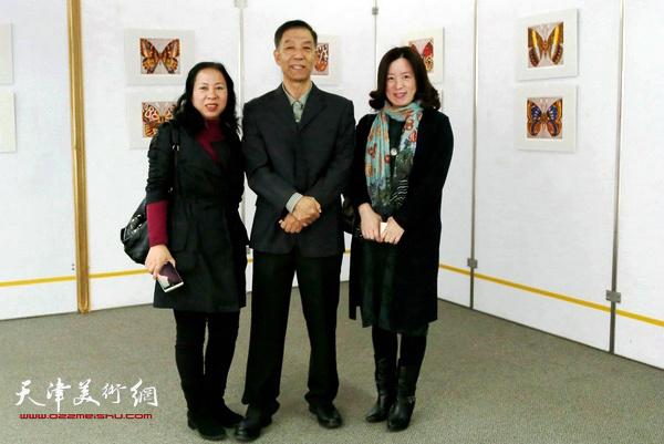 青年教师李桂琴、于红梅与李建平老师在画展上。