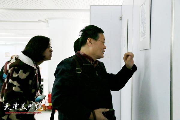 观看作品的滨海新区画院院长王胜红