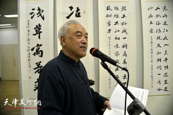 顾志新先生在展览上介绍嘉宾。