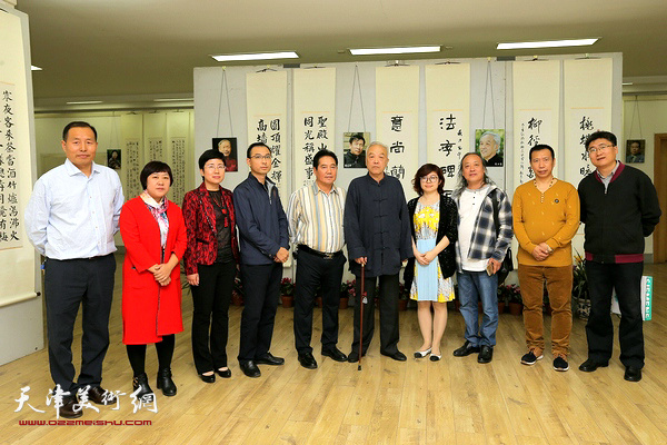 左起:王宝忠、马静、吴晓池、徐庆春、王晓通、顾志新、白雪莲、胡振声、王巍、刘群。