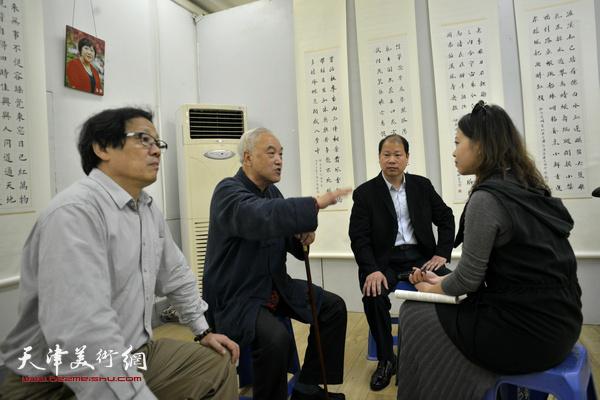 顾志新、李锋、冉繁英与记者交谈。