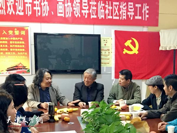天津画院院长贾广健在座谈中与北辰书画院院长张为苠交流。