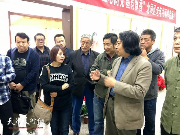 天津画院院长贾广健与北辰书画区书画爱好者零距离交流辅导。